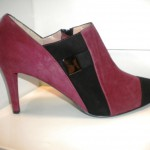 art-55418 Tronchetto in camoscio bordeaux+nero,accessorio laterale,tacco 7 cm